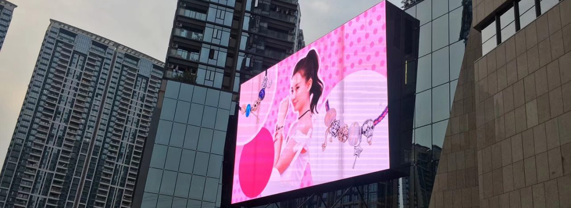 Outdoor-Wall-Mount-LED-Display-Screen